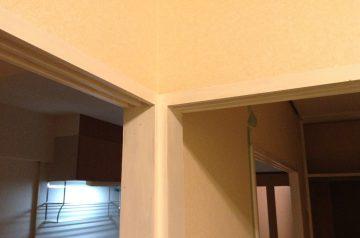 敷居や柱などの白くペンキで塗る
