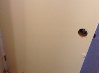 トイレのドアをカッティングシート貼り&ドアノブ交換